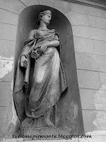 turismopiemonte.blogspot.com statua del teatro di Savigliano