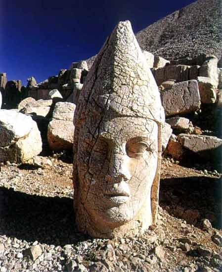 بازمانده از مجسمه مهر دین آور در پرستشگاه مهر  واقع در ترکیه فعلی