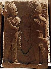 """سنگ نگاره از مراسم انتقال """"خوره """"(فره ایزدی ) توسط بغ مهر به شاه کوماژن میتانی(69 تا 34 ق م )"""