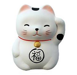 Mientras occidente hacía las paces con el felino, los japoneses también salieron con una idea muy interesante sobre los gatos; que son de buena suerte.