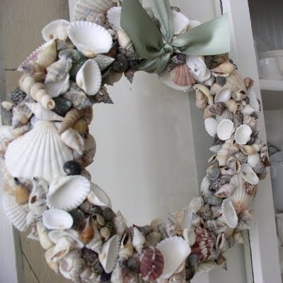 Decorative seashell crafts ideas completely coastal for Seashell wreath craft ideas