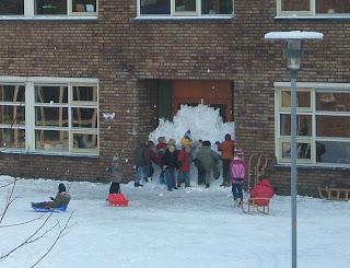 http://4.bp.blogspot.com/_qYa1pmpMDCc/Ro-Nzqy8VoI/AAAAAAAAAHg/YqI3A4waHX4/s320/kids-barricade-school-doors-%2Bwith-snow-wall.jpg