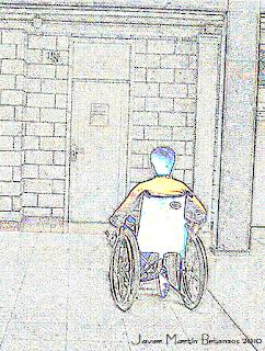 Dibujo de un alumno con parálisis cerebral a la puerta de un aula