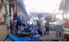 Jualan sepatu dan sandal di pasar Sukanegeri
