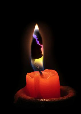 casal dentro da chama da vela acesa