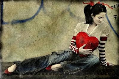 mulher com coração vermelho nas mãos,red heart