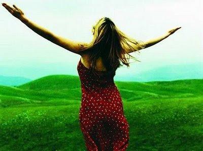 felicidade,mulher de braços abertos,livre,alegria