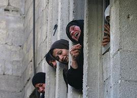 Mujeres palestinas llorando en funeral