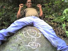 Dibujo de un niño grabado en la piedra