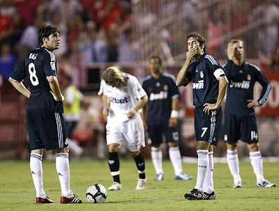 Kaka and Raúl crestfallen after Real Madrid defeat against Sevilla in 2009-2010 season