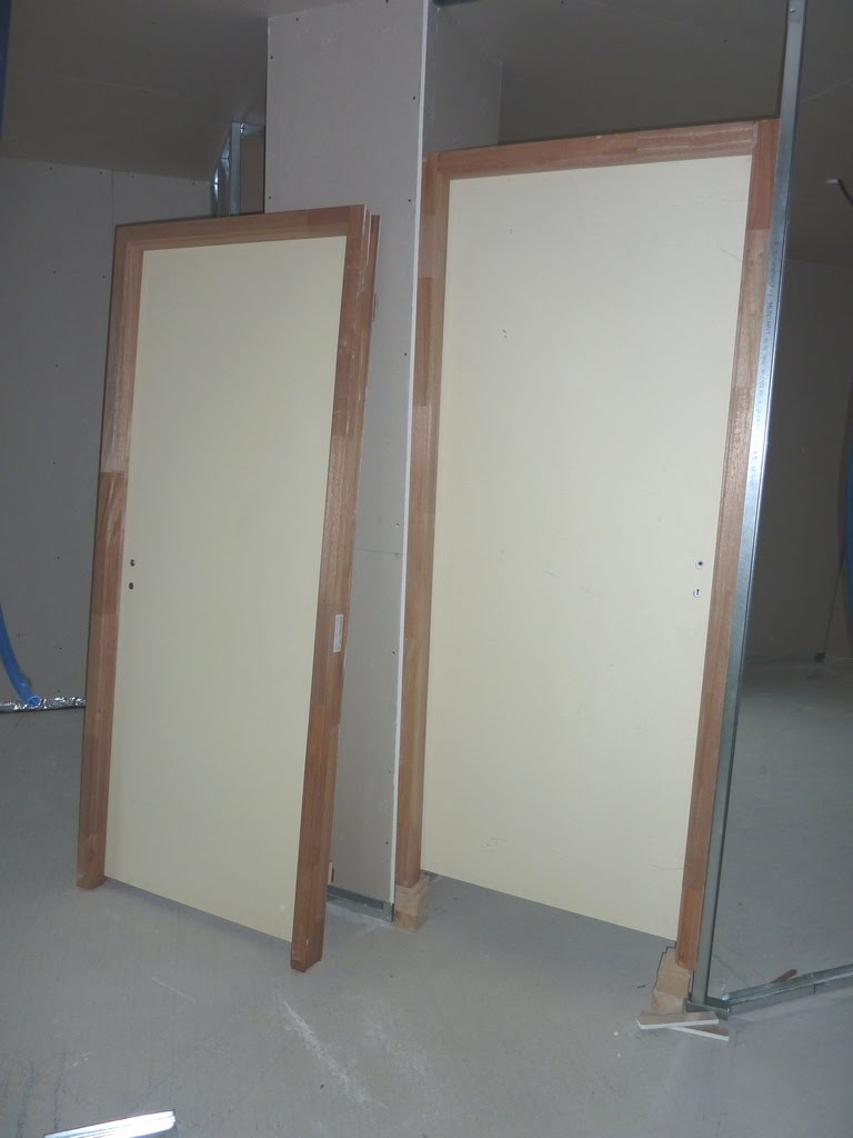 notre maison en bois luant placo bloc portes et porte de garage les travaux reprennent sur. Black Bedroom Furniture Sets. Home Design Ideas