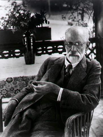 Sigmund Freud Posando