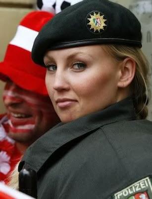 http://4.bp.blogspot.com/_qoJr7kKgahs/TGNnKuaoQWI/AAAAAAAAM2I/T8Uy3onNNF4/s400/beautiful-woman-police-27.jpg