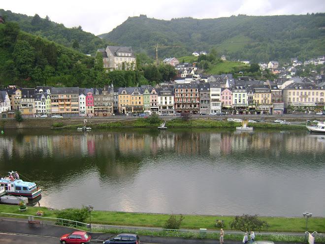 เมืองหนึ่งตั้งอยู่ในหุบเขา ติดกับแม่น้ำไรด์
