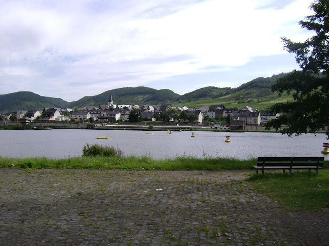 เมืองหนึ่ง ตั้งอยู่ติดแม่น้ำไรด์ ภูเขาองุ่น