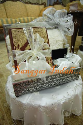 Sanggar Indah | GUBAHAN HANTARAN | Hantaran Perkahwinan | hantarankahwin.com |  barang hantaran perkahwinan | BUTIK HANTARAN | Hantaran kawin &amp;tunang | Contoh gubahan hantaran | WEDDING FAVORS, Gifts, Flowers, Hantaran, Gubahan PERKAHWINAN
