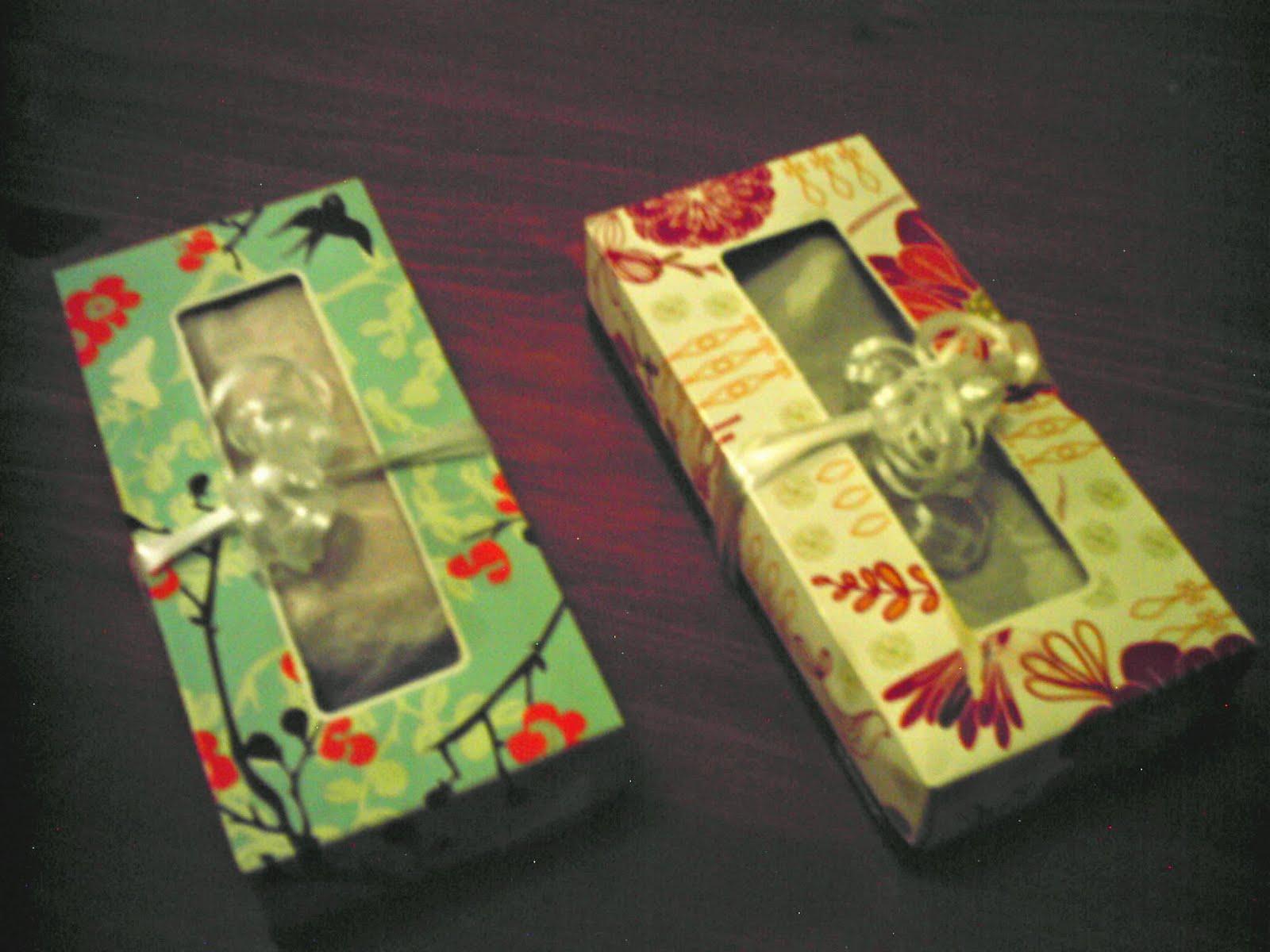 pauelos desechables que conserv en lugar de tirarlas se en dos envolturas de regalos a las que agregu un listn este fue el resultado