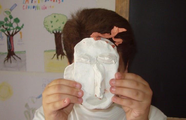 Perché ci sono posti di pigmentary su una faccia a uomini