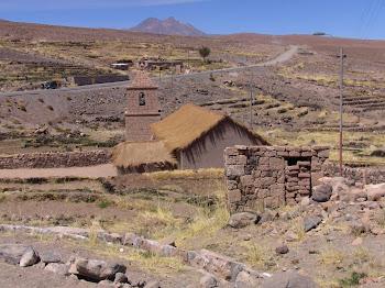 église du village de Socaire, au toit de bois de cactus et de paille