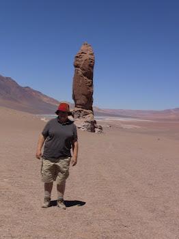 des formations rocheuses élevées au milieu d'un désert de sable