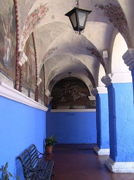 lecloître bleu du monastère san Catalina et ses scènes de la bible peintes