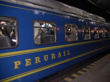 on accède en train (le plus cher du monde) au pied du Machu Picchu