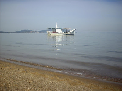turismo em Porto Alegre com o barco Travessia ancorado na Praia de Ipanema, em Porto Alegre, no Estado do Rio Grande do Sul, Brasil. O barco realiza passeios pelo Guaíba e fica ancorado próximo ao Bairro Ipanema