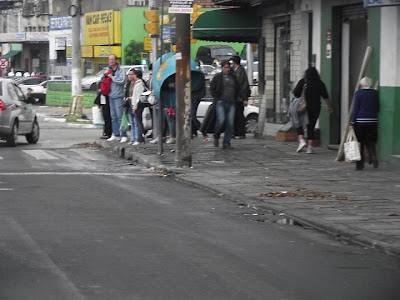 pedestres aguardando o semáforo sinal sinaleira fechar