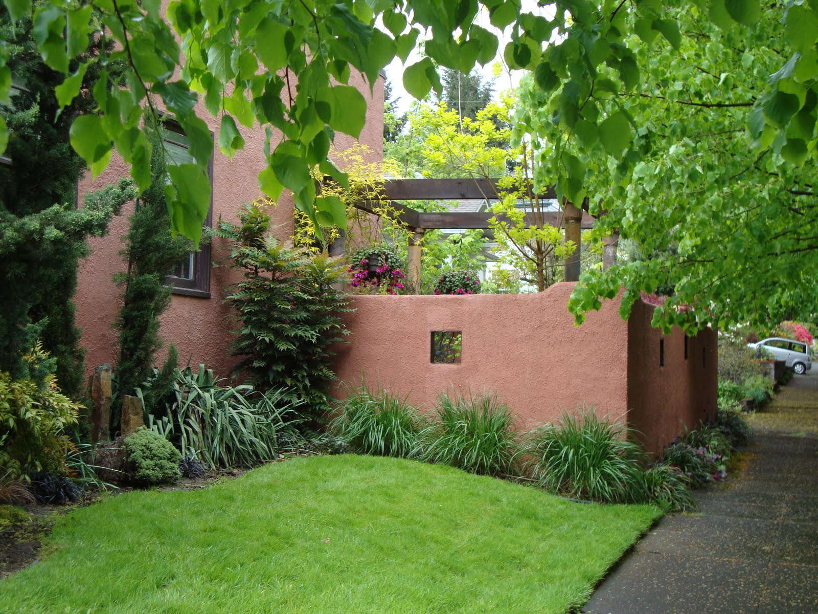 Danger garden urban walls and planters for Stucco garden wall designs