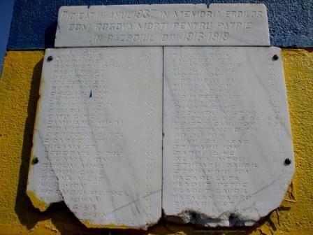 Placa comemorativa de pe monumentul eroilor