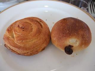 ベーカリーレストランサンマルク 高槻店のガーリッククロワッサンとレーズンパン