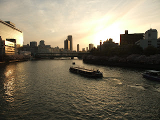 大川の遊覧船と夕暮れ