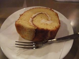 六曜社珈琲店のロールケーキ