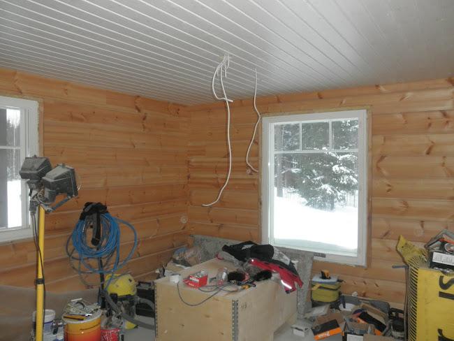 Ja yksi makuhuone jossa katto paneloitu