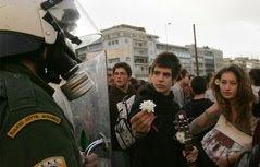 Estudante entrega flor ao policial