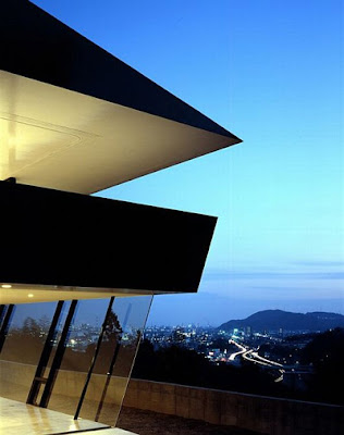 The Modern House Design Caught Between The Sea And The Mountains