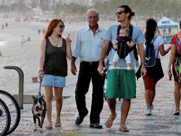 Mariah Rocha passeia com o filho