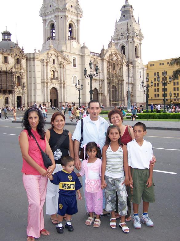 EN LA PLAZA MAYOR DE LIMA-PERÚ CON EL FONDO DE LA CATEDRAL DE LIMA