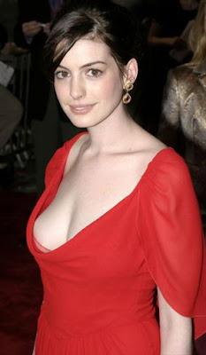 anne hathaway vestido rojo de noche escote de famosas