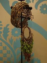 Brincos em vidrilhos verdes e dourados e bracelete dourada
