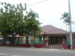 Rumah diubahsuai (dari seberang jalan)