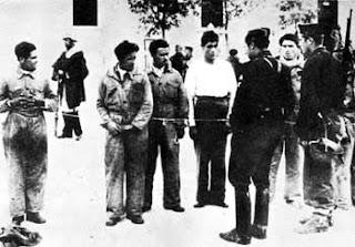 El asesino del tricornio. La interminable represión fascista en Extremadura. Prisioneros+republicanos+amarrados+en+cuerda+de+presos+son+interrogados+por+sus+captores,+en+un+pueblo+de+Extremadura.