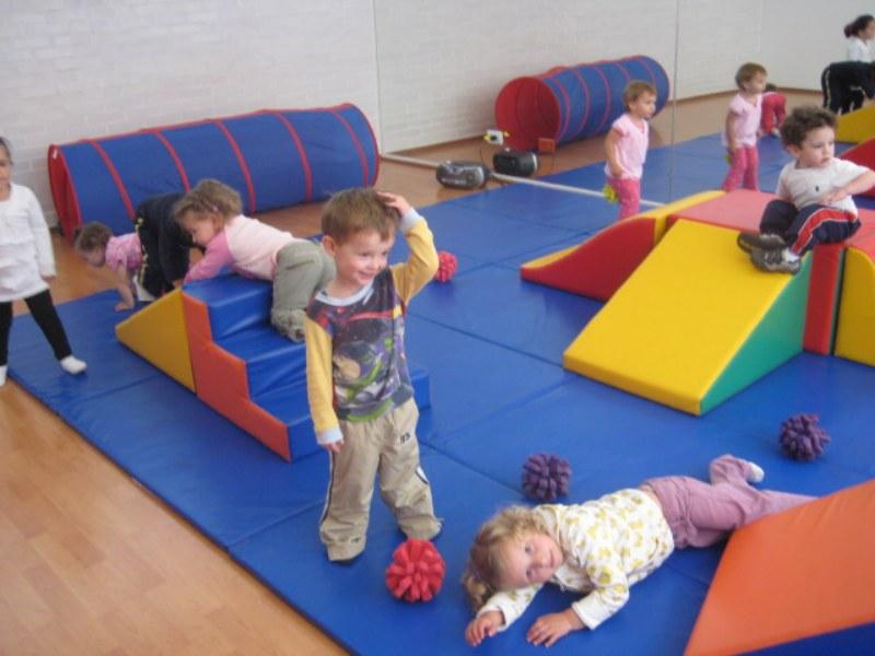 Foto: niños de pre -escolar en sesión de psicomotricidad