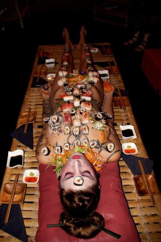 Суши с тела девушки будоражат и волнуют не только чувство вкуса, но и чувство прекрасного у мужчин.