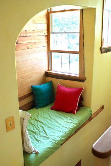 место возле окна, эркер, подушки