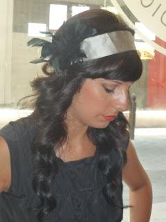 Cinta años 20 plateada con plumas negras