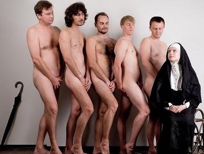 monja follando, monja rodeada de hombres