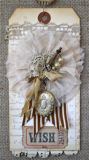 Винтажный тэг с медальоном и шифоновым цветком