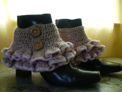 Free crochet pattern: Victorian/steampunk ruffled spats