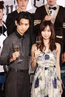 Matsuda e Toda brindando o filme
